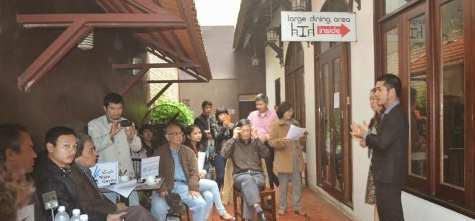 Buổi thảo luận của mạng lưới blogger ở một quán cafe